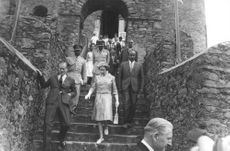 Prinsessan Anne climbing down the stairs.