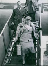 Trygve Lie arriving by an airplane with his wife Hjørdis Jørgensen.