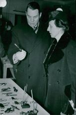 Louise Mountbatten and the director of the Stockholm City Occupational Schools, Director Konrad Andersson, are examining some tools made by Finnish invalids at Verkstadsskolan