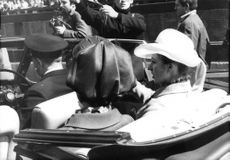 Prinsessan Anne in a car, wearing hat.