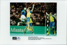 OS Handball Sweden - Kuwait: Andersson defends against Kuwait's Almarzouq attack, in Swedish language, Mats Olsson