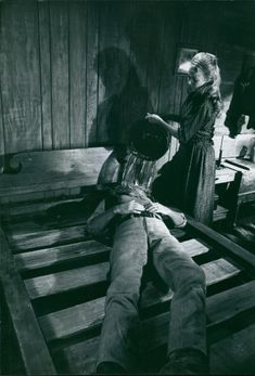 A women is pouring water through the face of actor Richard Widmark the scene of drama