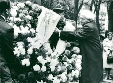 David Ben-Gurion puts a wreath on Dag Hammarskjöld's tomb
