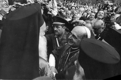 Pope Paul VI surrounded by the crowd.