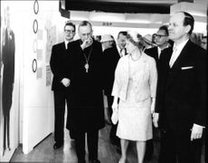 Metropolitan and utställningskommsarie visiting the church exhibition