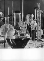 Acedemician Dr. Const. Nenitescu in his lab.