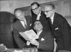 Edvin Adolphson discusses a detail in his appearance with Kurt Åbrant, Birger Tidström and Tryggve Key-Åberg