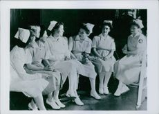 Joan Fontaine having a conversation with the nurses. 1943.