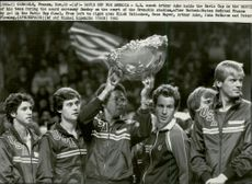 The coach Arthur Ashe holds the cup after the United States win in the Davis Cup in 1982. Beside him, Eliot Teltscher, Gene Mayer, John McEnroe and Peter Fleming