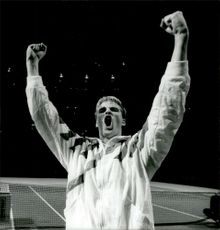 Magnus Gustafsson gives a joy boost during the Stockholm Open 1989