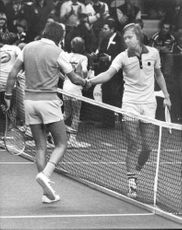 Tenny Svensson shakes hands with his opponent