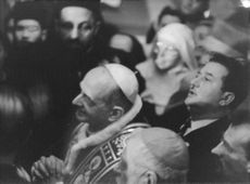Pope Paul VI among people, praying.