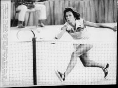 Billie Jean King throws himself against the ball during the match against Bobby Riggs.