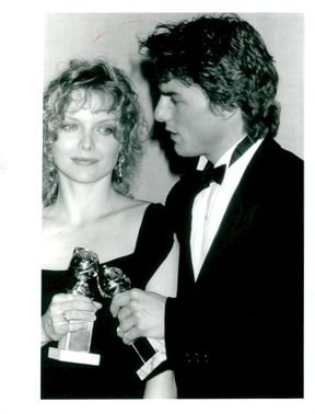 Michelle Pfeiffer and Tom Cruise with their prize for best female / male lead at the Golden Globe Gala in 1990