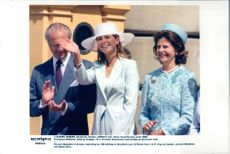 Princess Madeleine together with the parents King Carl Gustaf and Queen Silvia outside Stockholm Castle.
