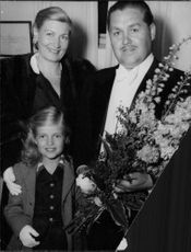 """Johan Jonatan """"Jussi"""" Björling standing with a bouquet along with his family."""