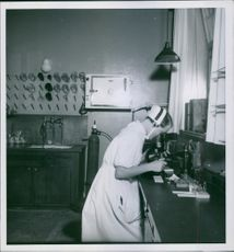 A nurse using microscope for investigating Rheumatism in the laboratory of Nynäs Sanatoriumin in 1928.