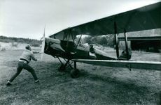 Flight instructor Arne Nylén weaves the double decker, a Tiger Moth who has been in civil possession since 1944