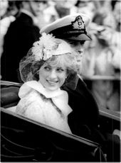 Princess Diana and Prince Andrew leave the Buchingham Palace in a horse race.