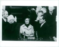 Richard Nixon swears the president. In the middle, his wife Pat and television chief Earl Warren are seen