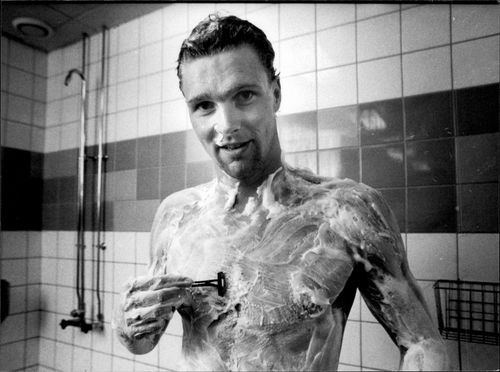 The swimmer Per Johansson shaves