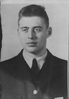 Field Flights student Per-Ove Waldemar Larsson from war flight school was saved thanks to the parachute at the crash of his plane, J 28 B Vampire.
