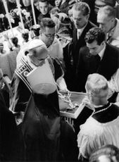 Pope Paul VI talking with public.