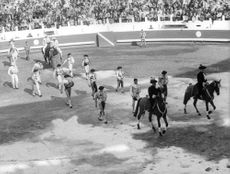 El Cordobes with other bullfighters.