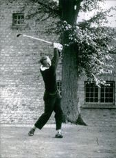 Arnold Palmer playing golf.
