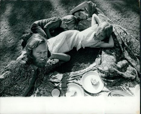 Peter Fonda and Susan Brewer in a picnic with their children, Bridget Fonda and Justin Fonda.