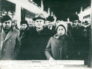 Telegram image of Vjatjeslav Molotov with daughter surrounded by journalists on arrival in Moscow from Vienna