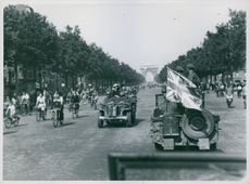 People and jeeps in front of Arc De Triomphe.