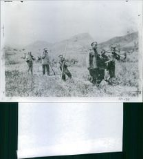 Wounded soldiers walks in the field with the other soldier in Liaojang , 1904.