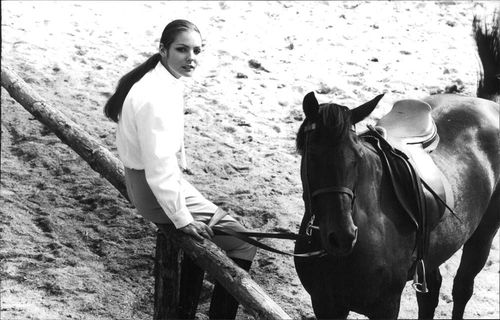 Woman besides a horse, on set of Jacques Brel's film.