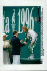 OS in Atlanta 1996. Michelle Smith from Ireland receives his third gold medal in the games of Prince Albert of Monaco