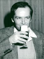 """Actor Jack Nicholson takes a beer in connection with his visit to Germany before the premiere of the movie """"Gökboet"""""""