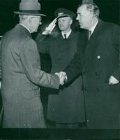 Prince Bertil met the king when he arrived at Bromma, station manager Harry Flink makes a honnör