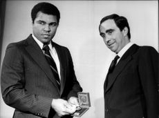 Muhammad Ali with the President of CONI Mr Franco Carraro. He got two medals in Saint Vincent and holds one on the car.