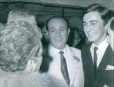 Tino Rossi smiling in a crowed, 1963.