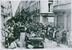 U.S. soldiers advance through Rennes.