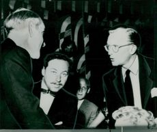 """Tennessee Williams surrounded by director Ove Stenhammar and theater publisher Lars Schmidt in the midst of the premiere of """"Cat on hot plate roof"""" at Göteborg City Theater"""