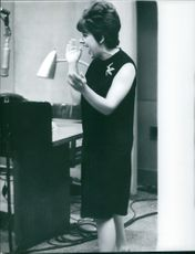 Carol Sloane shouting and clapping her hands, 1963