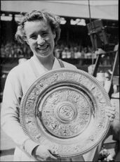 Maureen Connolly with his Wimbledon Championship shield
