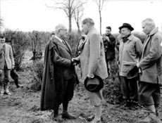 Vincent Auriol shaking hand with a man.