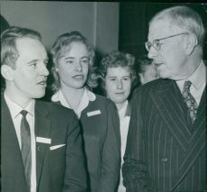 King Gustaf Adolf in consultation with Karl Gumaelius and Kerstin Hanzon when the Berzelius Days began at the Technical Museum