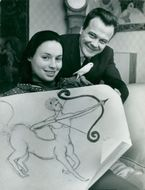 Gunnar Hellström and his wife Pamela with a drawing of their common zodiac sign