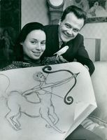 """Gunnar Hellström and his wife Pamela with a drawing of their common zodiac sign """"Sagittarius"""""""