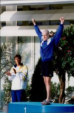 Swedish swimmer Anders Holmertz applauds the gold medalist at 200m Frisian, Russian Sadovy.