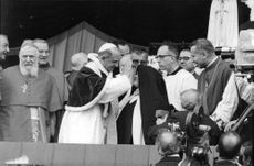 Pope Paul VI blessing woman, 1967.