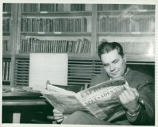 Seamen's Institute. Svarvare Brother Will takes a reading break at the Institute's library